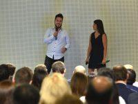 El voluntario Edgardo Valdivia y Pamela Lagos,Gerente de Gestión de Responsabilidad Social y Pprograma Haciendo Escuela Falabella Retail.