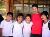 Niños del Liceo Simón Bolívar con Cristián Alvarez, jugador del CDUC